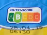 Der aus Frankreich stammende Nutri-Score bezieht neben dem Gehalt an Zucker, Fett und Salz empfehlenswerte Bestandteile wie Ballaststoffe in eine Bewertung ein und gibt dann einen einzigen Wert an - in einer Skala von grün über gelb bis rot. (Bild: Keystone-SDA/Christophe Gateau)