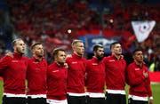Die Hymne aus Andorra für die Fussballer aus Albanien. Bild: Keystone.
