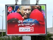 Wahlplakat für Nabil Karoui - der aussichtsreiche tunesische Präsidentschaftskandidat muss jedoch im Gefängnis bleiben. (Bild: KEYSTONE/AP/HASSENE DRIDI)