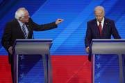 Joe Biden (rechts) war unter Dauerbeschuss seiner parteiinternen Mitbewerber – hier etwa Bernie Sanders. (Bild: Keystone)