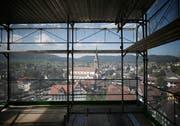 Prächtige Aussicht auf das Dorf: Die Pfarrkirche ist vom Gerüst aus gut zu sehen. (Bild: Stefan Kaiser, Unterägeri, 11. September 2019)
