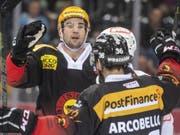 Simon Moser und Mark Arcobello jubeln, Bern gewinnt zum Auftakt der Saison 6:3 (Bild: KEYSTONE/ALESSANDRO DELLA VALLE)