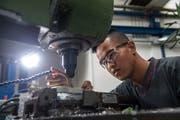 Vom Flüchtling zum Lehrling: Sharif Mohammadi in der Schindler-Werkstatt in Ebikon. (Bild: Dominik Wunderli, 5. September 2019)