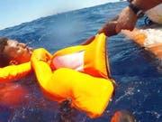 Ein Migrant aus Afrika wird von der italienischen Küstenwache aus dem Mittelmeer gerettet. (Bild: KEYSTONE/EPA ANSA/CONCETTA RIZZO)
