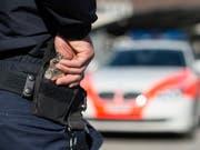 In Chur versuchte am Freitagabend ein Mann mit seinem Wagen vor einer Polizeikontrolle zu fliehen. (Bild: KEYSTONE/GIAN EHRENZELLER)