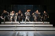 Die sechs jungen Darstellerinnen in Suna Gürlers Inszenierung «Flex» eröffneten das Festival am Mittwochabend im Zürcher Schiffbau mit einer Auseinandersetzung übers Frausein. (Bild: Gina Folly)