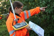 Corinne Bosshard misst die Markierungspunkte mit GPS aus.