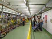 Viele kamen, um den fast 27 Kilometer langen Tunnel des Teilchenbeschleunigers zu besichtigen. (Bild: KEYSTONE/SALVATORE DI NOLFI)