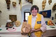 Zuerst wird das Gesicht geschnitzt, erst nachher wird die Maske hinten ausgehöhlt, erklärt Cornelia Crespi den Besucherinnen und Besuchern. (Bild: Eveline Beerkircher, 14. September 2019)