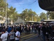 Szene von der unbewilligten Demonstration am Limmatplatz. (Bild: watson)