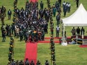 An dem Staatsakt für Simbabwes langjährigen Machthaber Robert Mugabe nahmen unter anderem der südafrikanische Präsident Cyril Ramaphosa und sein kenianischer Amtskollege Uhuru Kenyatta teil. (Bild: KEYSTONE/AP/BEN CURTIS)