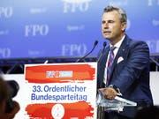 Zwei Wochen vor der Nationalratswahl in Österreich ist Norbert Hofer zum neuen Parteivorsitzenden der rechten FPÖ gewählt worden. Hofer galt bisher als moderates Gesicht der Partei, Kritiker vermuteten in ihm aber auch immer wieder den sogenannten Wolf im Schafspelz. (Bild: KEYSTONE/APA/APA/ERWIN SCHERIAU)