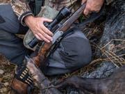 Im Tessin starb ein 51-jähriger Jäger durch einen Schuss, den ein anderer Jäger abgefeuert hatte. (Bild: Keystone/TI-PRESS/GABRIELE PUTZU)