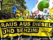 «Raus aus dem Verbrennungsmotor - Verkehrswende jetzt!» wurde am Samstag in Frankfurt gefordert. (Bild: KEYSTONE/EPA/SASCHA STEINBACH)