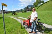Bruno Müller aus Alpnachstad beim Beginn des Wanderwegs nach Alpnach, derlaut Initiative zum Veloweg ausgebaut werden soll. (Bild: Franziska Herger, Alpnach, 16. August 2019)