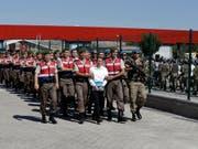 Seit dem türkischen Putschversuch im Juli 2016 werden viele Verdächtige inhaftiert. Das führt dazu, dass viele Türken flüchten und unter anderem in der Schweiz Asyl stellen. (Bild: KEYSTONE/AP/BURHAN OZBILICI)