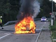 Der Personenwagen wurde beim Brand komplett zerstört. (Bild: Kapo BL)