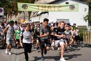 Pünktlich und ohne Fehlstart: Die Teilnehmenden starten in der Schlossmühlestrasse zum Zweistundenlauf. (Bild: Andreas Taverner)
