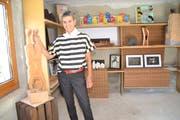 Künstlerin Barbara Broger mit dem Werk «Handstand», das für einen Nachmittag an ihrem Wohnort Stein ausgestellt war. (Bilder: Adi Lippuner)