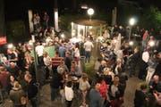 An jedem Vollmondabend kommen vor dem Amriswiler Kulturforum einige Dutzend Leute zusammen. (Bild: Barbara Hettich)