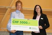 Maria Brühwiler erhält aus den Händen von Jury-Mitglied Tanja De Martin den mit 5000 Franken dotierten Scheck überreicht. (Bild: Christof Lampart)