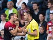 Stephan Klossner beschuldigt Xamax-Captain Raphaël Nuzzolo, ihn im Barrage-Hinspiel im letzten Mai angespuckt zu haben (Bild: KEYSTONE/LAURENT GILLIERON)