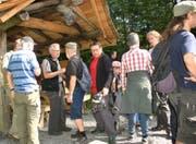 Auch Ortsgemeindepräsident Peter Engler (Bildmitte) konnte auf der Wanderung Interessantes erfahren.