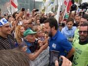 Lega-Chef Matteo Salvini am Sonntag in Pontida, umrahmt von Anhängern - er will die Politik der neuen Regierung mit Referenden torpedieren. (Bild: KEYSTONE/EPA ANSA/FILIPPO VENEZIA)