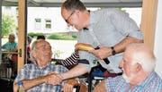 Glückwünsche von Gemeindepräsident Lucas Keel: Emil Kliebens freut sich.Bild: Mathrin Meier-Gross
