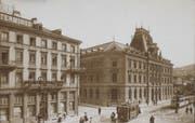 Das «Walhalla» ist ein St.Galler Traditionshotel, dessen Ursprünge auf 1904 zurückgehen. Obenstehendes Bild stammt aus der Zeit vor 1910. Links ist das Hotel Walhalla Terminus zu sehen, rechts die damalige Hauptpost. Auf dem Platz fährt vorne ein Stadtsanktgaller Tram, hinten mit offenem Anhänger die Trogenerbahn. (Bild: Bildarchiv ETH-Bibliothek Zürich)