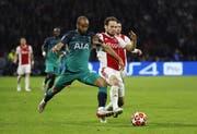 Wollen wieder für Überraschungen sorgen: Ajax mit Daley Blind, hier im Duell mit Tottenham-Stürmer Lucas Moura. (Bild: EPA)