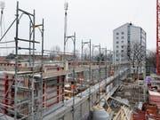 Mittelfristig werden in der Schweiz nicht weniger Wohnungen gebaut: Es gibt eine hohe Anzahl an grossen Bauprojekten in Agglomerationsräumen wie Zürich oder Genf. (Bild: KEYSTONE/GAETAN BALLY)
