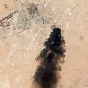 Eine Satellitenaufnahme der Gegend rund um Abkaik zeigt schwarze Rauchwolken. (Bild: EPA)