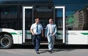 Kurt Studerus (links, Leiter Bildung ZVB) und der ZVB-Unternehmensleiter Cyrill Weber steigen aus dem Elektrobus. (Bild: Maria Schmid, Zug, 16. September 2019)