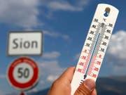 In Sitten hat es am Montag noch einen Hitzetag gegeben: Das Thermometer zeigte 30,2 Grad. (Bild: KEYSTONE/JEAN-CHRISTOPHE BOTT)
