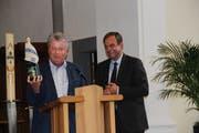 Patrick Hug überreicht CVP-Präsident Gerhard Pfister Schaumwein aus Arbon. (Bild: Hedy Züger)