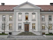 Vor dem Bezirksgericht in Bülach ZH werden zwei Mordtaten verhandelt. Die Anklägerin beantragt lebenslänglich für alle drei Beschuldigten und zudem Verwahrung für den Hauptangeklagten. (Bild: Keystone/WALTER BIERI)
