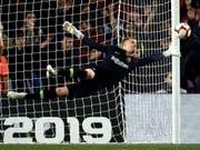 Marc-André ter Stegen fliegt durch die Luft und macht eine Chance des Gegners zunichte. In Barcelona ein gewohntes, in der Nationalmannschaft ein ungewohntes Bild. (Bild: Keystone)