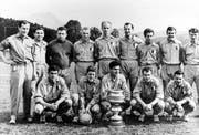 Trainer Rudi Gutendorf (stehend links) und seine Luzerner Cupsieger-Mannschaft von 1960 mit Captain Paul Wolfisberg (mit dem Pokal). (Bild: PD)