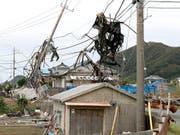 «Faxai» war am Montag vergangener Woche mit Rekordwindstärken auf die Region Chiba südöstlich von Tokio getroffen und hatte Stromleitungen niedergerissen. (Bild vom 13. September) (Bild: KEYSTONE/AP Kyodo News/TAKUYA INABA)