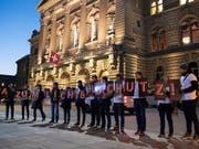 Fotografinnen und Fotografen anlässlich einer Aktion vor einer Debatte zum Urheberrecht. Nach vielen Debatten haben sich National- und Ständerat nun geeinigt. (Bild: KEYSTONE/PETER SCHNEIDER)