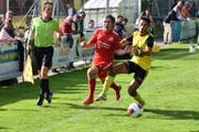 FCA-Spieler Marco Asaro setzt sich im Zweikampf durch. (Bild: Ronny Arnold, 15. September 2019)