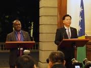 Noch vor einer Woche gaben Taiwans Aussenminister Joseph Wu (r) und der Aussenminister der Salomonen, Jeremiah Manele, eine gemeinsame Medienkonferenz in Taipei. Nun haben die Salomonen diplomatische Beziehungen mit der Volksrepublik China aufgenommen. (Bild vom 9. September) (Bild: KEYSTONE/EPA TAIWAN PRESIDENTIAL OFFICE/TAIWAN PRESIDENT)