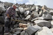 Ruedi Dubacher weiss, wie er die Steine drehen muss, damit nichts mehr wackelt. (Bild: Florian Arnold, 27. August 2019)