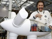 Der deutsche Designer Luigi Colani, hier 2009 auf der Hannover Messe an einem Model eines Windrades des Windanlagenherstellers Avantis Energy, ist am 16. September 2019 im Alter von 91 Jahren gestorben. (Bild: Keystone/AP/JOERG SARBACH)