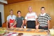 Die Ehepaare Ronnie und Lilli Hollenstein und Ueli Schärer mit Barbara Broger (von links) mit dem Churfirsten-Brot und dem Tagesmotto «Kulinarik trifft Kunst». (Bild: Adi Lippuner)