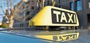 Fahrzeuge von Taxifahrern zeichnen sich durch gelbe Täfelchen auf dem Dach aus. (Bild: Max Eichenberger (9. Januar 2018))