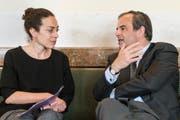 Gianna Luzio, Generalsekretärin der CVP, diskutiert mit CVP-Präsident Gerhard Pfister in der Wandelhalle. (Bild: Alessandro della Valle / Keystone, Bern, 8. Mai 2019)