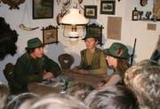 Zum Einstieg diskutieren drei Jäger am Stammtisch. (/Bild: Sepp Odermatt, Stans, 17. September 2019)
