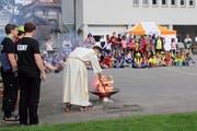 Die Ministranten beobachten das Entfachen des Feuers. (Bild: PD)